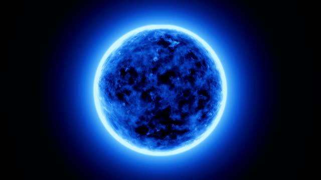 4K-realistisch-blaue-Sonne-Oberfläche-oder-blaue-Energie-Kugel-mit-Sonneneruptionen-brennende-Sonne-die-isoliert-auf-schwarz-mit-Platz-für-Ihren-Text-oder-Ihr-Logo-Motion-Grafik-und-Animation-Hintergrund-