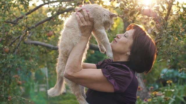 Owner-Woman-Loves-Her-Cat