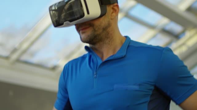 Mann-in-VR-Brille-Training-auf-Laufband
