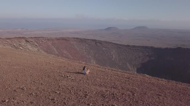 chica-con-su-perro-en-la-cima-del-volcán-fuerteventura