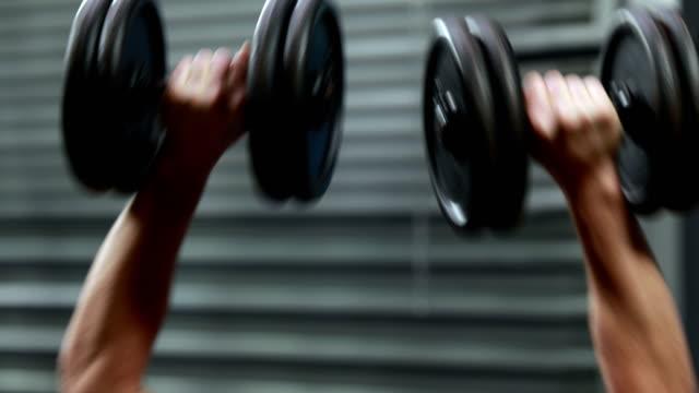 Fit-man-lifting-dumbbells