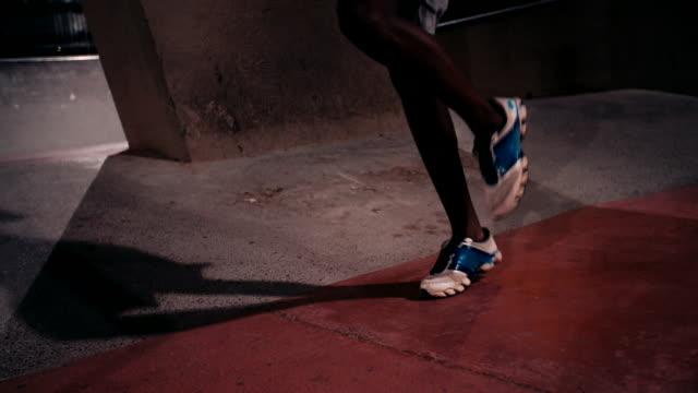 Afroestadounidense-atleta-agitado-saltar-a-la-cuerda-para-ejercicio