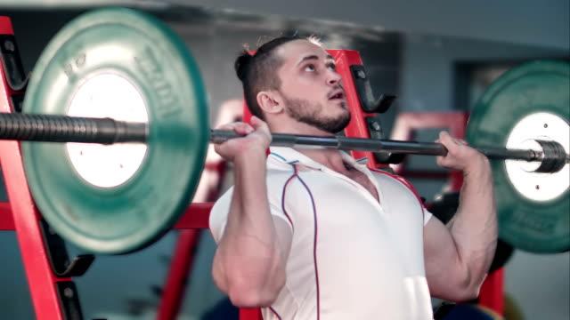 Atlético-joven-de-levantamiento-de-pesas-en-el-gimnasio