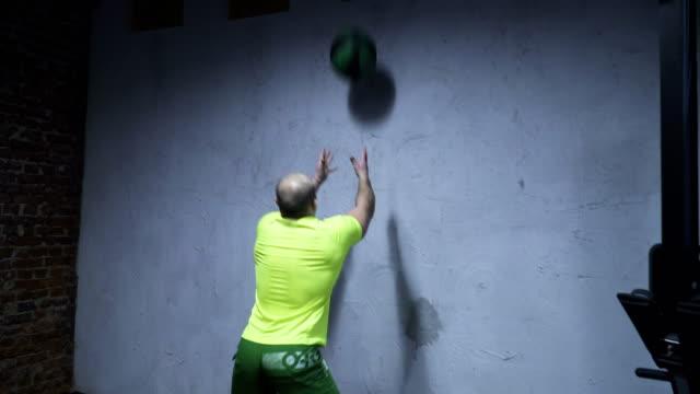 hombre-hacer-pared-bola-crossfit-ejercicio