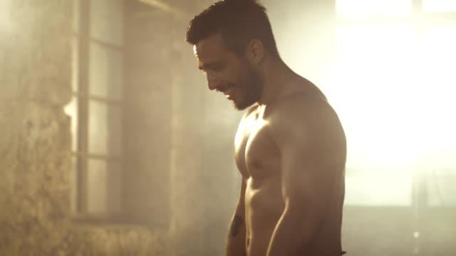 Schöner-nackter-Oberkörper-Mann-mit-nackten-muskulösen-Oberkörper-mit-sichtbaren-Six-Pack-steht-nach-dem-Bodybuilding-Training-ruhen-Er-ist-in-der-Mitte-des-verlassenen-Fabrikgebäude-