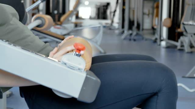 Mujer-de-bombas-su-nalgas-y-prensa-en-el-gimnasio