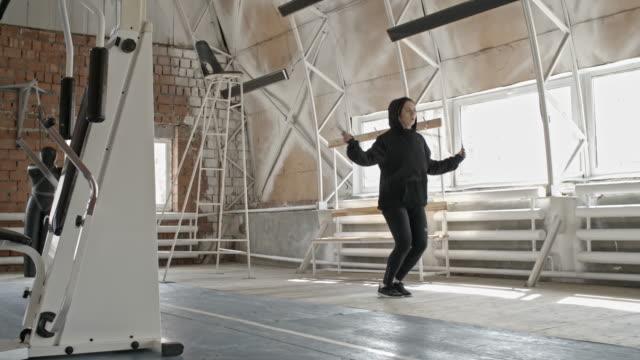 Mujer-haciendo-saltar-la-cuerda-ejercicios-de-boxeo