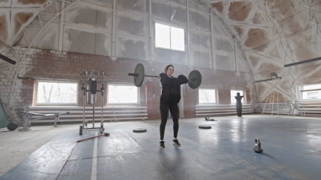 Female-Athlete-Doing-Barbell-Lunge