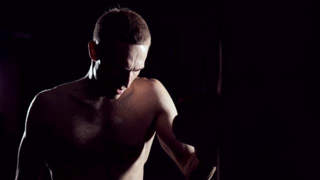 Kickboxer-müde-nach-Krafttraining-Training-im-Fitness-Studio-Müde-Menschen-nach-dem-Training-Eoung-Boxer-müde-nach-dem-Krafttraining-Training-im-Fitness-Studio-Erschöpften-Kämpfer