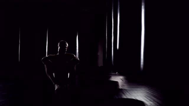 Kickboxer-müde-nach-Krafttraining-Training-im-Fitness-Studio-Müde-Menschen-nach-dem-Training-Eoung-Boxer-müde-nach-dem-Krafttraining-Training-im-Fitness-Studio-Erschöpften-Kämpfer-nach-einem-Kampf-nach-dem-training