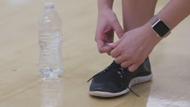 Closeup-foto-de-zapatilla-de-estar-atado-en-el-gimnasio