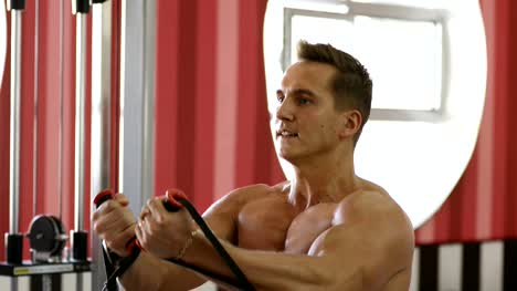 man-trains-in-the-gym