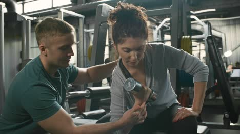 Woman-Doing-Concentration-Curls-in-Gym