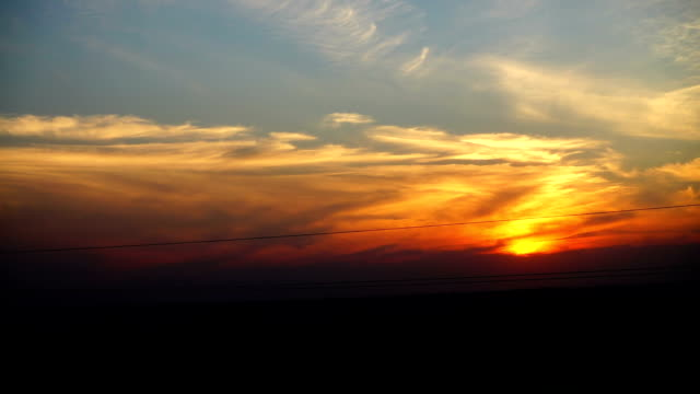 El-movimiento-del-tren-en-una-puesta-de-sol-