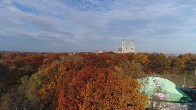 Antenne-der-Kathedrale-und-Herbstlaub