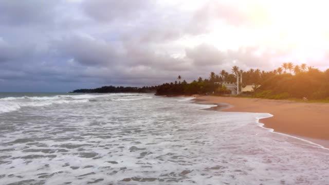 Der-Flug-über-dem-Meer-mit-einem-schönen-Strand-Zeitraffer
