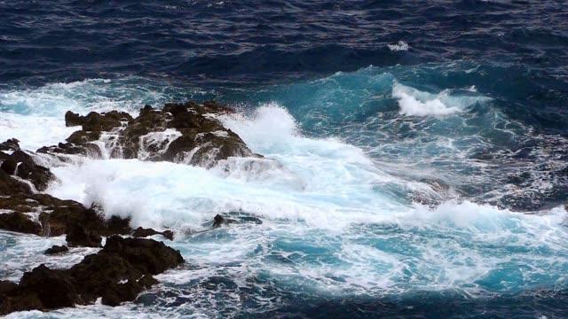Detalle-de-las-rocas-y-las-olas-Dos-velocidades-de-reproducción-