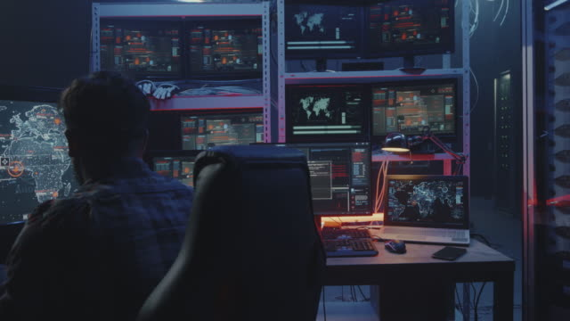 Hacker-viendo-múltiples-monitores