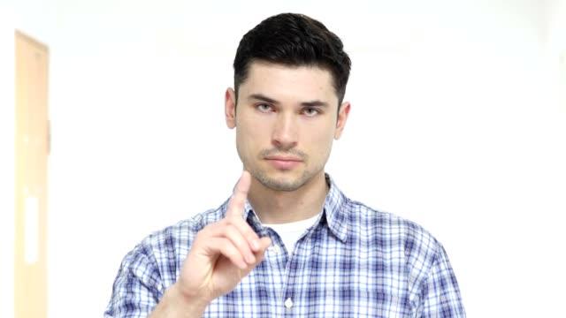 Nein-gut-aussehender-Mann-im-Amt-ablehnen-Finger-winken