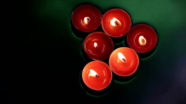 Decorative-candles-floating-in-the-water