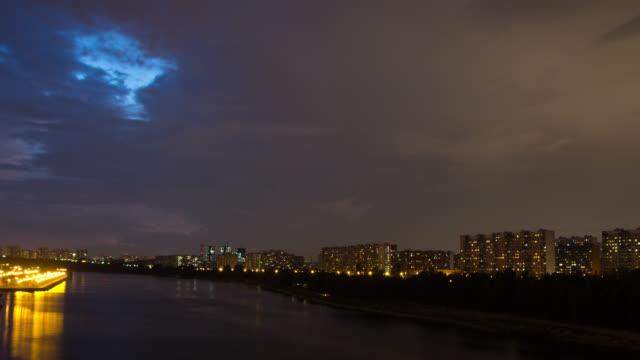 Tempestad-de-truenos-se-mueve-sobre-edificios-de-apartamentos-en-la-noche