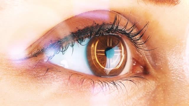 Ojo-humano-con-la-interfaz-futurista-Concepto-y-visión-futurista-de-la-realidad-aumentada