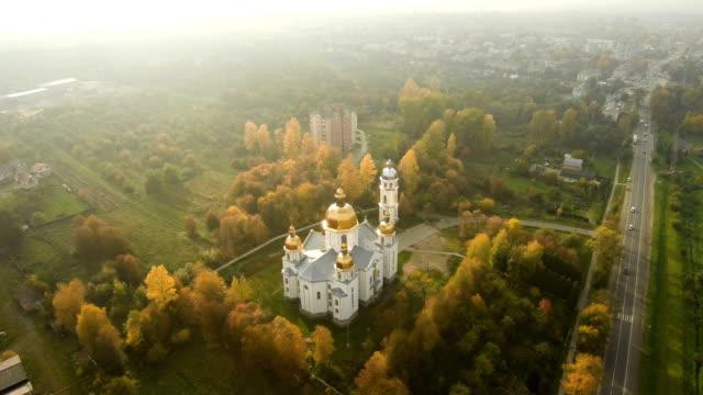 Luftaufnahme-von-Drohne:-schöne-Aussicht-auf-die-Kirche-in-der-Sonne-