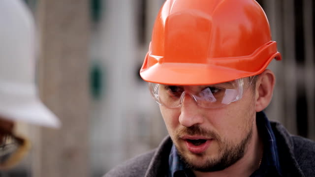 Ingeniero-se-comunica-y-demuestra-la-obra-de-los-inspectores-de-dos-mujeres-primer-plano