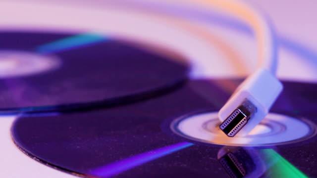 Closeup-de-blanco-cable-de-Mini-Displayport-con-la-reflexión-sobre-el-disco-en-blanco