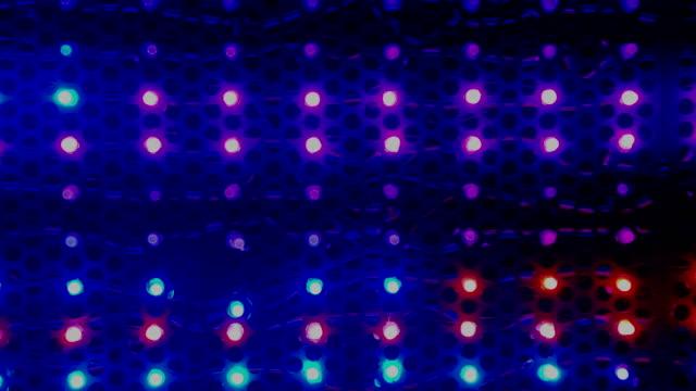 Leistung-bewegt-sich-Licht-in-Pub-Bunte-Disco-Licht-im-Nachtclub-Party-in-der-Nacht-Konzert-und-Mode-zeigen-Rampe