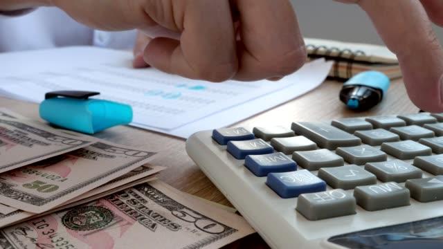 Prüfer-überprüfen-Finanzdokumente-mit-Taschenrechner-Buchhaltung-oder-Audit-Konzept-