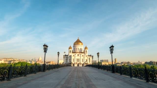 Moscú-ciudad-horizonte-motion-timelapse-o-hyperlapse-en-Catedral-de-Cristo-Salvador-y-el-puente-sobre-el-río-Moscú-Moscú-Rusia-4K-Time-Lapse