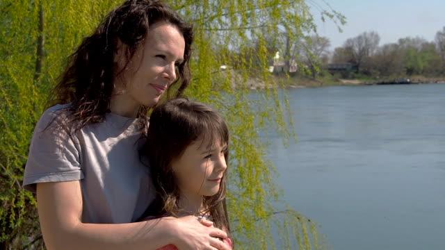 Mutter-und-Tochter-am-Ufer-Flusses