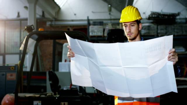 en-un-sitio-de-construcción-un-trabajador-o-un-ingeniero-o-arquitecto-controla-el-diseño-y-construcción-del-edificio-con-alto-ahorro-energético-