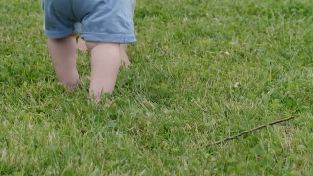 Madre-enseñanza-bebé-a-caminar