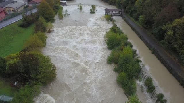 Drohne-Luftaufnahme-des-Flusses-Serio-geschwollen-nach-starken-Regenfällen-Provinz-von-Bergamo-Italien