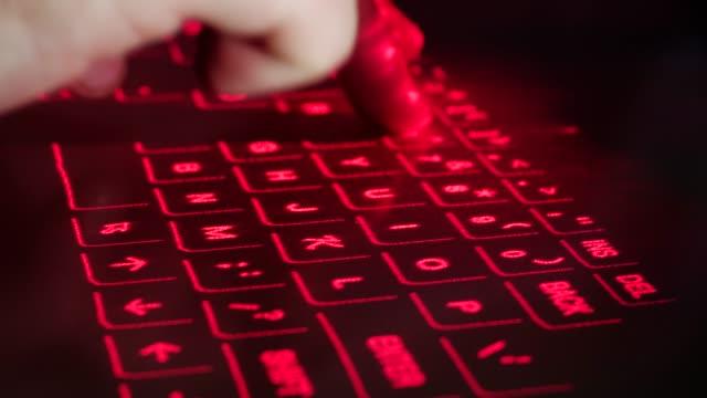 Cerrar-escribiendo-en-el-teclado-de-proyección-láser