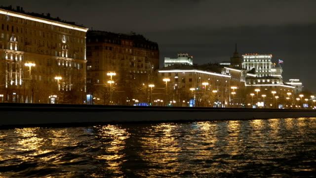 Vista-desde-la-cubierta-de-la-nave-que-flota-en-el-río-a-lo-largo-de-la-decoración-para-la-fiesta-