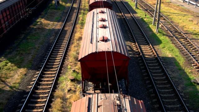 Contenedor-carga-tren-con-muchos-vagones-de-carga-transportar-