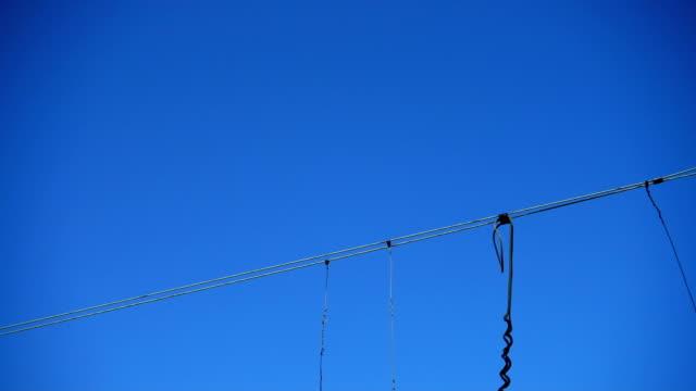 Cables-sobre-el-camino-ferroviario-