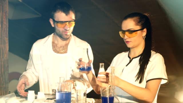 Chemistry-students-working-on-an-experiment-together-in-college-