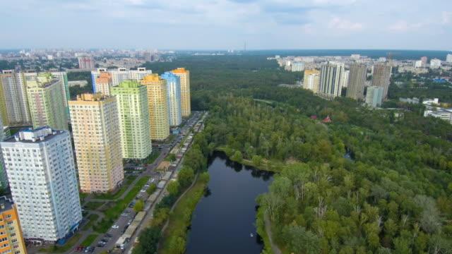 Drone-Flight-Luftaufnahmen:-Blick-auf-den-wunderschönen-Park-im-Zentrum-Stadt-