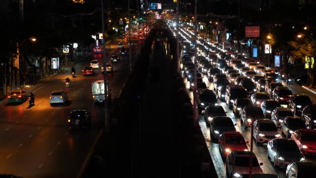 Stau-auf-der-Straße-während-der-Rush-Hour-im-Zentrum-Stadt-in-der-Nacht-urbane-Stadtbild
