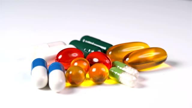 muchas-pastillas-y-vitaminas-de-diferentes-colores