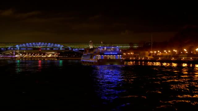 La-nave-adornada-con-luces-flota-por-el-río-