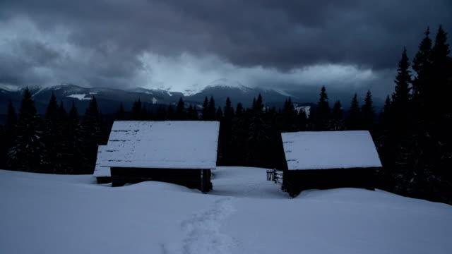 Nubes-de-trueno-de-lapso-de-tiempo-mover-encima-de-invierno-cordillera-casa-cabaña-cabaña-pino-oscuro-bosque-primer-plano-naturaleza-paisaje-wanderlust