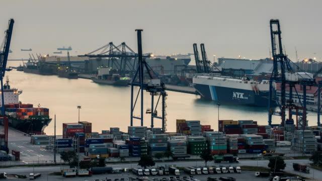 3K-lapso-de-tiempo:-de-grúa-de-trabajo-Cargar-puente-en-shipyard