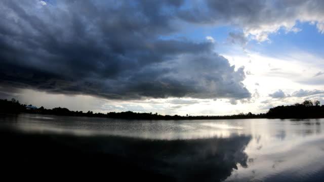 Luz-de-fondo-oscuro-y-dramático-de-las-nubes-de-tormenta-nubes-cumulus-negro-antes-del-comienzo-de-una-fuerte-tormenta