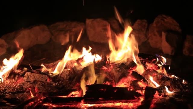 Hoguera-quema-de-árboles-por-la-noche-Fogata-ardiendo-brillantemente-calor-luz-camping
