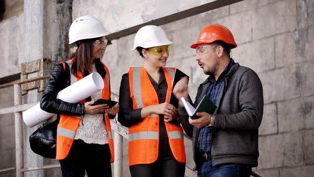 Ingeniero-en-sitio-sobre-temas-de-construcción-con-el-cliente